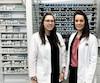 Audrey Lachapelle (à gauche), propriétaire-pharmacienne du Jean Coutu de la place de Ville, àSept-Îles, en compagnie de Jessy Brisson, également pharmacienne et associée.