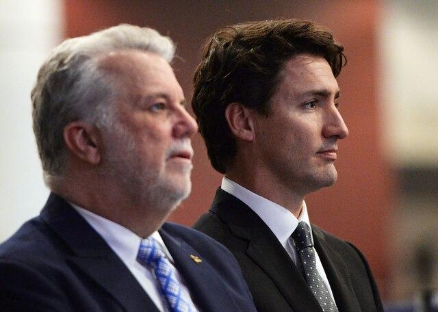 Les premiers ministres du Canada et du Québec sont présents à la cérémonie funéraire au Centre des congrès de Québec en l'honneur de trois des six victimes de la tuerie de la mosquée.