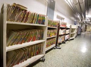 Les dossiers de patients photographiés dans le corridor de L'Hôtel-Dieu de Montréal. À la suite du reportage du Journal démontrant la facilité de consulter des dossiers confidentiels, le ministre Bolduc a demandé aux hôpitaux de revoir la surveillance.