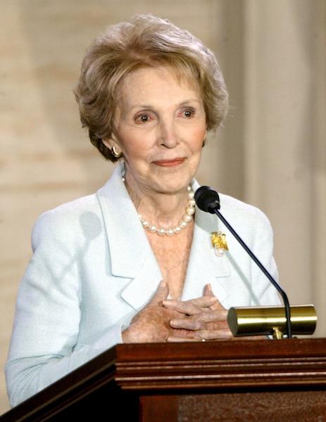Au Capitole en 2002, Nancy Reagan a reçu la médaille d'or du Congrès.