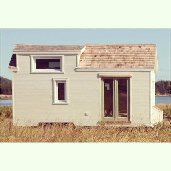 Un Interieur Fascinant Pour Cette Micro Maison Installee En Bordure