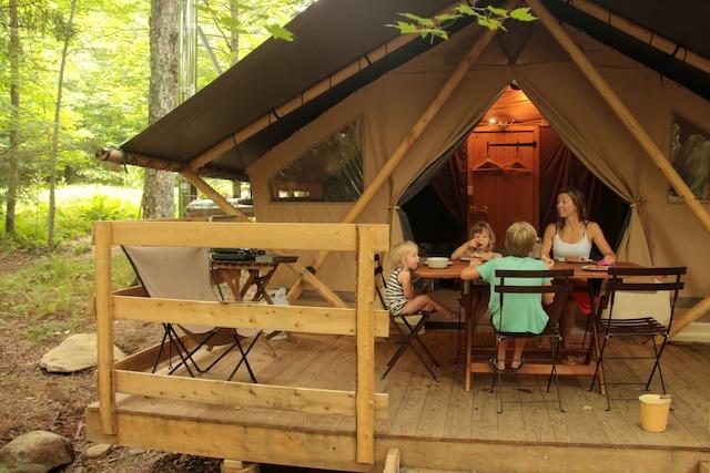 Le site Huttopia Sutton propose entre autres des emplacements de camping, des chalets et des tentes pour le camping de luxe.