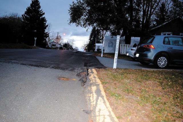 La nouvelle section asphaltée se termine dans la cour du maire de Sainte-Marie-Madeleine, alors que les travaux autorisés se finissaient avant sur le boulevard Rodrigue.