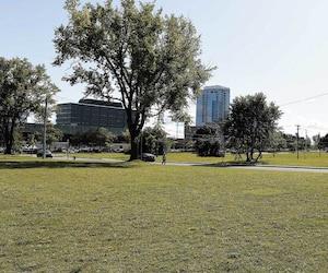 Les terrains appartenant à la Défense nationale sur lesquels Konrad Sioui souhaite bâtir un casino font 1,3 million de pieds carrés. Le grand chef de la Nation huronne-wendat a indiqué que des commerces et des résidences pourraient aussi être construits.