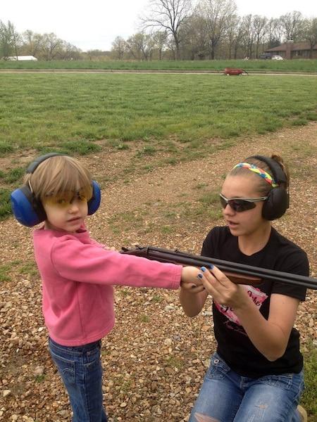 La petite sœur de Katelyn, Sage, qui a 5ans, montre elle aussi un intérêt pour le maniement des armes.