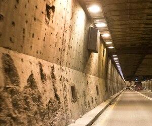 Le tunnel Louis-H.-Lafontaine subira des rénovations majeures qui ne commenceront pas avant la fin de la reconstruction du pont Champlain. En attendant, l'armature rouille et Québec devra installer un enduit spécial pour la protéger.
