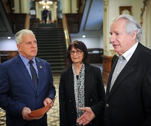 Le seul médecin de l'Isle-aux-Coudres, Marcel Éthier (à droite), quitte pour la retraite et personne n'a été trouvé pour le remplacer. Le député de la Coalition avenir Québec François Paradis et une patiente, Marcelle Tremblay, déplorent la situation.