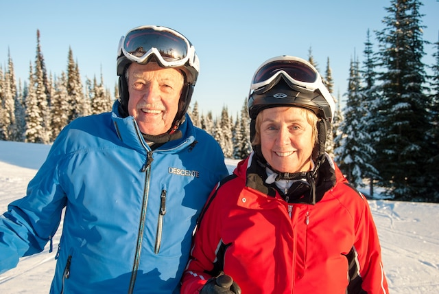 Nancy Greene, ex-championne olympique de ski et ambassadrice de Sun Peaks, et son mari Al Raine.