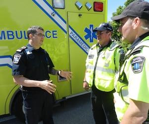 Le chef aux opérations chez Urgences-Santé, Stéphane Smith (à gauche).