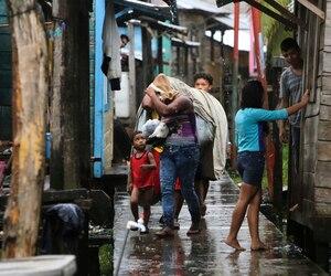 Au Nicaragua, jeudi, le président Daniel Ortega a déclaré l'état d'urgence en raison du séisme et de l'ouragan Otto. Sur la photo, des habitants de la ville de Bluefields.