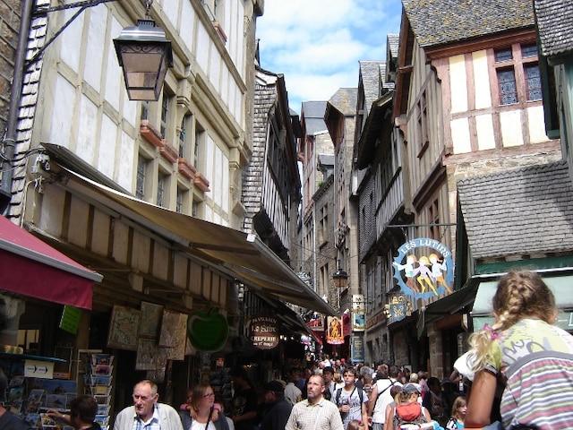 La rue principale, étroite, est bondée, surtout en période estivale.