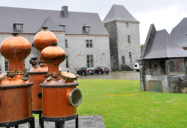 La distillerie de Biercée est installée dans une ancienne ferme du XIVe siècle à Ragnie-Thuin.