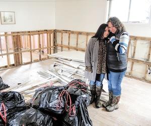 Les sœurs Agnieszka (à gauche) et Katarzyna Sikora ont le cœur brisé de voir ce qui reste du sous-sol fraîchement rénové de leur père.
