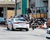 La femme s'est trouvée coincée entre la camionnette (devant la voiture de police) et le mur d'un entrepôt, mardi après-midi, à Montréal.