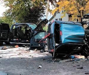 Les images de la violente collision illustrent la force de l'impact. Deux personnes ont perdu la vie et une autre a subi des blessures graves, lundi soir à Mercier, en Montérégie.