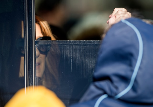 La famille Dion reçoit les condoléances suite au décès de Daniel Dion, le frère de Céline Dion, au Salon Charles Rajotte, à Repentigny, samedi 23 janvier 2016. Sur cette photo: Céline Dion sert la main d'une fan à la sortie du Salon. JOEL LEMAY/AGENCE QMI