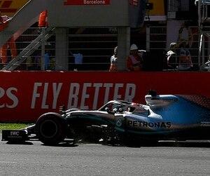 Le drapeau à damier est agité pour confirmer la victoire de Lewis Hamilton au Grand Prix d'Espagne, dimanche.