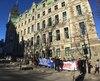 Des dizaines de manifestants ont bloqué hier l'entrée du ministère des Finances, dans le Vieux-Québec, afin de dénoncer les mesures d'austérité du gouvernement Couillard.