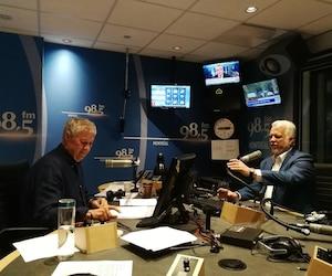 Le chef libéral Philippe Couillard était de passage au micro de Paul Arcand, au 98,5 FM, à Montréal, ce matin.