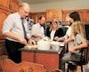 Le chef du PQ Jean-François Lisée préparant un repas lors d'une assemblée de cuisine.