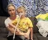 Amy Loignon en présence de son fils Émile, 5 ans, atteint d'une grave maladie dégénérative qui l'oblige à respirer en tout temps avec une machine.
