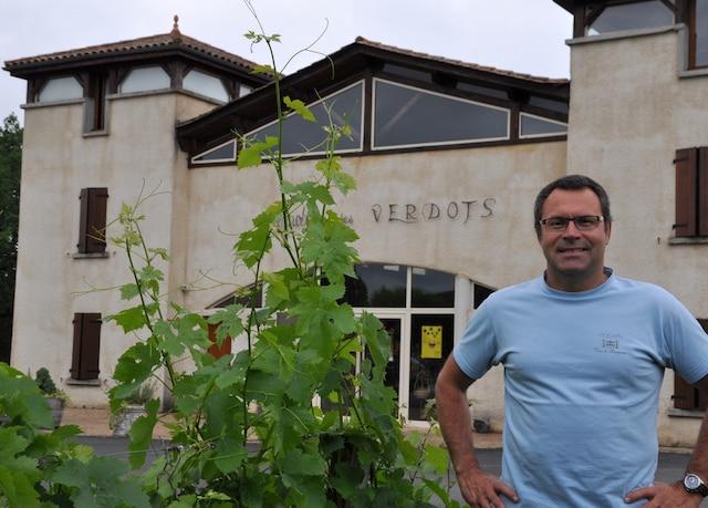 David Fourtout, au clos Les Verdots, devant le bâtiment abritant la cave et deux gîtes ruraux.