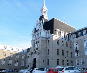 Le Collège Bourget, situé à Rigaud, pourrait être visé par un recours collectif en lien avec des agressions alléguées, notamment sur un élève dans les années1970.