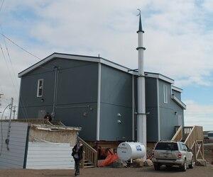 Seul le petit minaret blanc qui s'élève sur le flanc de la bâtisse contraste avec les autres bâtiments du village d'Iqaluit.