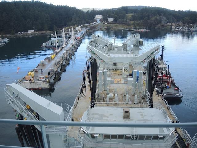 Le navire ravitailleur Asterix,  à son arrivée au quai de la base  d'Esquimalt, en Colombie- Britannique.