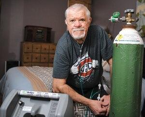Michel Crevier doit recevoir de l'oxygène dans ses poumons 24h/24 pour survivre. Ce printemps,Le Journal a découvert que son dossier ne s'était jamais rendu àla clinique de transplantation du CHUM, même si son médecin de Laval lui assurait le contraire.
