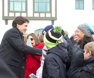 Le premier ministre Justin Trudeau a pris un bain de foule à son arrivée à St. Andrews, au Nouveau-Brunswick, hier, où son cabinet se réunit pour une rencontre de trois jours.