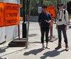 Dai Miyahara et Yuta Kasho, originaires du Japon, étaient confus devant l'accumulation de pancartes orange. On en compte une dizaine à une intersection proche de la sortie du métro Champ-de-Mars.