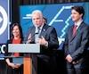 Le premier ministre Philippe Couillard estime que c'est à la mairesse Valérie Plante et au Service de police de Montréal de permettre ou non aux policiers de porter des signes religieux. Sur la photo, MmePlante et M.Couillard, lors de l'annonce du prolongement de la ligne bleue du métro de Montréal, hier, dans la métropole.