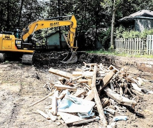 C'est tout ce qui restait hier de la maison de la famille de sinistrés des inondations du printemps dernier à Sainte-Marthe-sur-le-Lac.