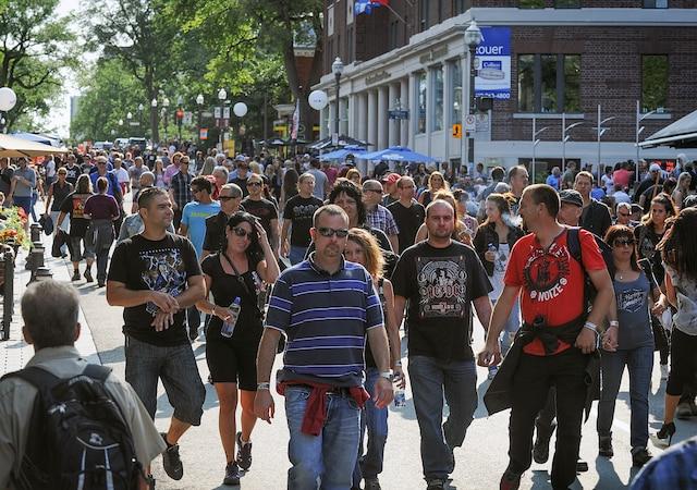 Beaucoup de gens se sont rassemblés sur la Grande Allée pour le spectacle d'AC/DC sur les plaines d'Abraham.