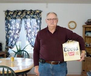 L'Acadien Gérard Comeau a contesté une amende de près de 300$ pour avoir ramené du Québec trop d'alcool et surtout une quinzaine de caisses de 24 bières.