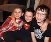 Lorsque Jonathan Beaubien (à gauche) a fait une crise d'épilepsie, ses camarades de classe Alexy Drapeau-Cloutier (au centre) et Damien Douglas-Lamontagne (à droite) sont venus lui porter secours.