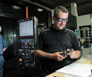 Au Groupe Meloche, une entreprise de Salaberry-de-Valleyfield où l'on fabrique des pièces pour l'industrie aéronautique, on compte de moins en moins d'employés manuels et de plus en plus d'opérateurs de machines-robots et d'informaticiens. Sur la photo, Toni Maggio, employé de production chez Groupe Meloche.