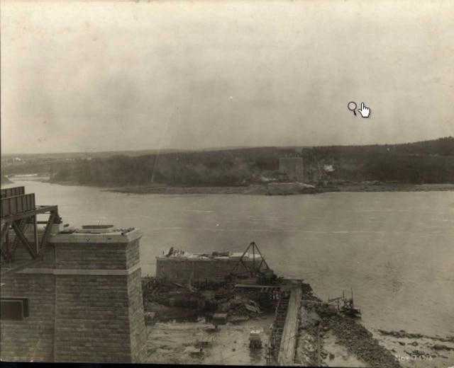 Construction des piliers du deuxième pont de Québec en novembre 1913.