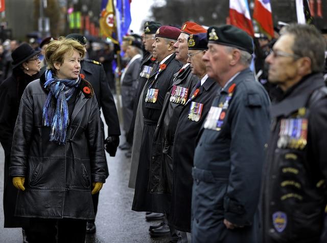 La ministre responsable de la région de la Capitale-Nationale, Agnès Maltais passe en revue une garde d'honneur de vétérans, lors de la cérémonie du jour du Souvenir à la Grande croix des Plaines d'Abraham, à Quebec.