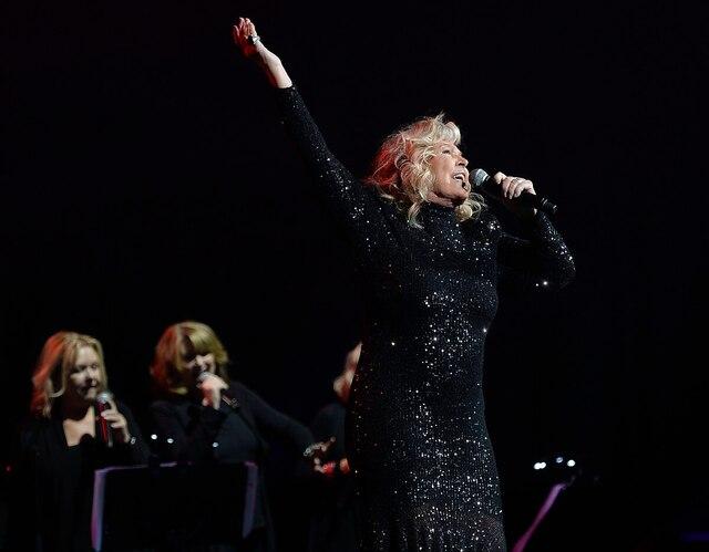 Michèle Richarda chanté Les boîtes à gogo et J'entends son violon.