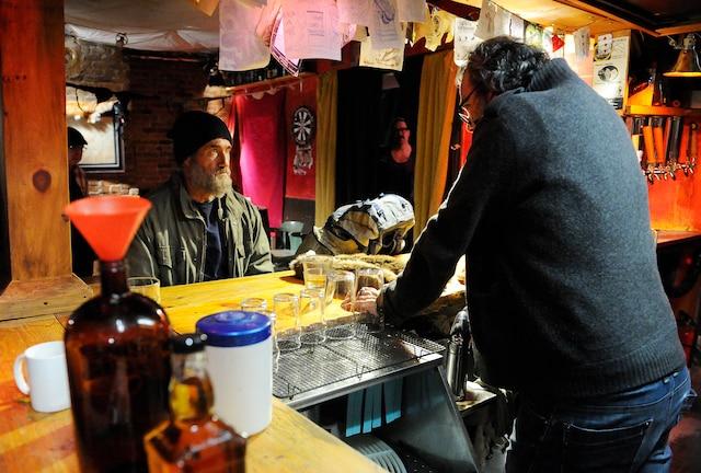 Roy Dupuis affirme avoir eu un coup de cœur pour le scénario du film Les feuilles mortes, et c'est pourquoi il s'est retrouvé sur le plateau de tournage de ce long métrage à petit budget, cette semaine, dans la région de Québec.