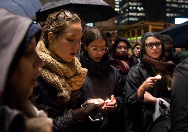 Plusieurs centaines de personnes se sont rassemblées devant le Consulat général de France à Montréal en solidarité aux familles victimes des actes de violences perpétrés à Paris.