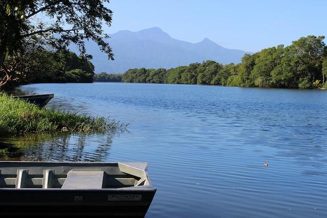 Une des belles excursions proposées est la visite de la réserve faunique Cuero y Salado avec le mont Pico Bonito en fond de paysage.