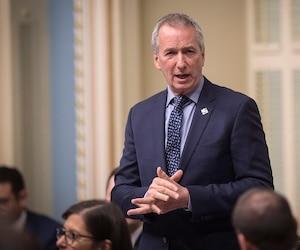 L'opposition demande la démission du ministre André Lamontagne, qui avait publiquement affirmé en janvier dernier que le congédiement de Louis Robert était lié à d'autres raisons plus complexes que le coulage d'information.