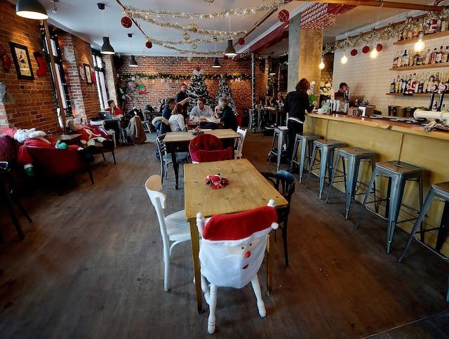 Sapins, guirlandes, cadeaux, tout est en place au «Bar Miracle», où l'on célèbre la magie de Noël jusqu'à la fin du mois de décembre.