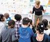 Jeanne Harvie, enseignante d'arts dramatiques, demande à desélèvesde maternelle de mimer un dinosaure. De toutes les écoles de la Commission scolaire de Montréal, Saint-Noël-Chabanel est celle qui compte le plus de classes d'accueil.