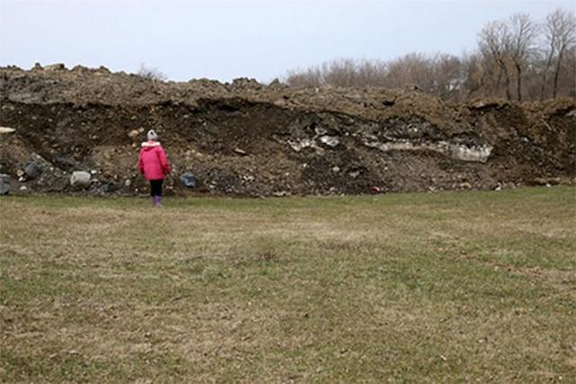 L'amoncellement de terre était si haut avant d'être nivelé qu'il créait un mur presque deux fois plus élevé que la voisine