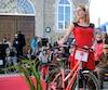 Un grand nombre de personnes ont assisté à ce défilé de mode à vélo.