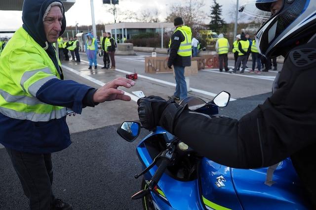 Les «gilets jaunes» protestent contre la hausse des taxes sur le carburant.